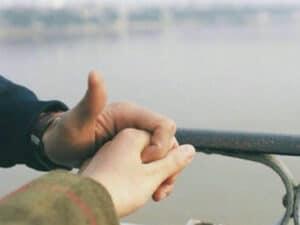 que significa que un hombre te agarre la mano