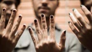 que significa que un hombre se pinte las uñas